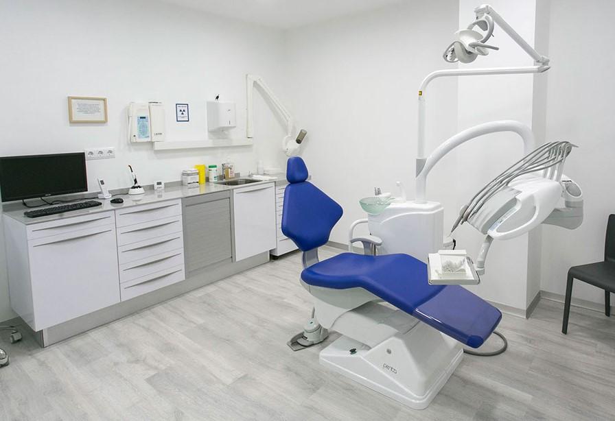 Consultorio dental con sillon azul